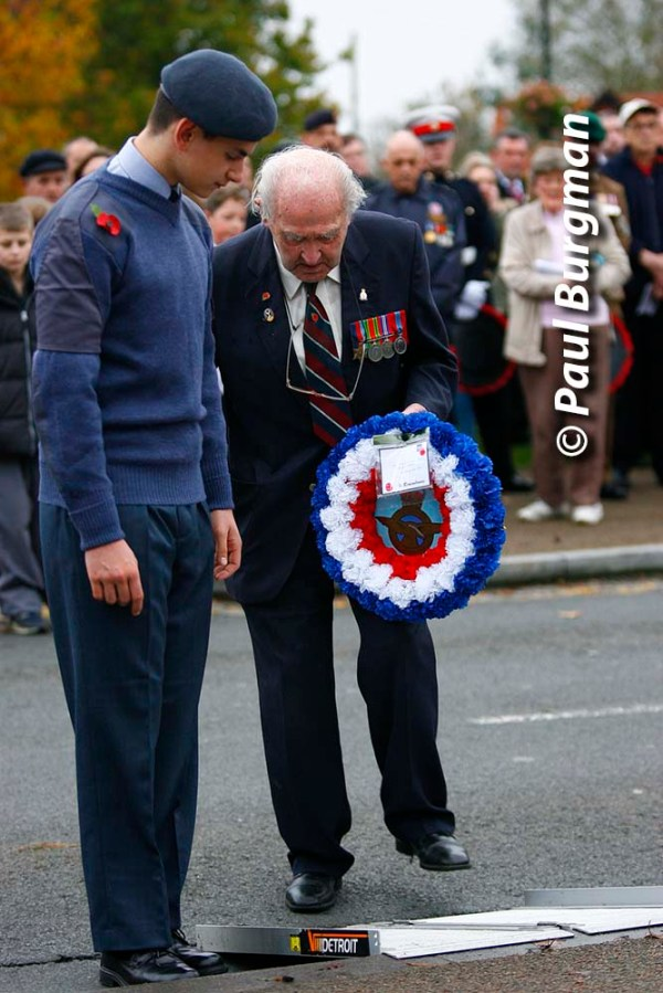 08/11/2015.  Yateley Remembrance Day. 91 year old RAF Veteran lays a wreath at the War Memorial