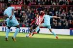 21/10/2017. Brentford v AFC Sunderland. Action from the Sky Bet Championship. Brentford's Ollie WATKINS shoots