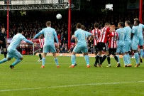 21/10/2017. Brentford v AFC Sunderland. Action from the Sky Bet Championship. Brentford's Florian JOZEFZOON scores from free kick